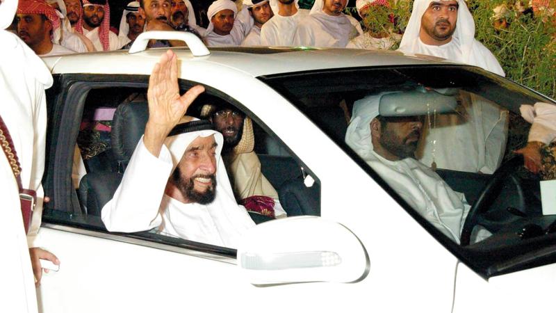 الشيخ زايد يُحيّي المواطنين.. ويبدو العامري يجلس على المقعد الخلفي خلف السائق. من المصدر
