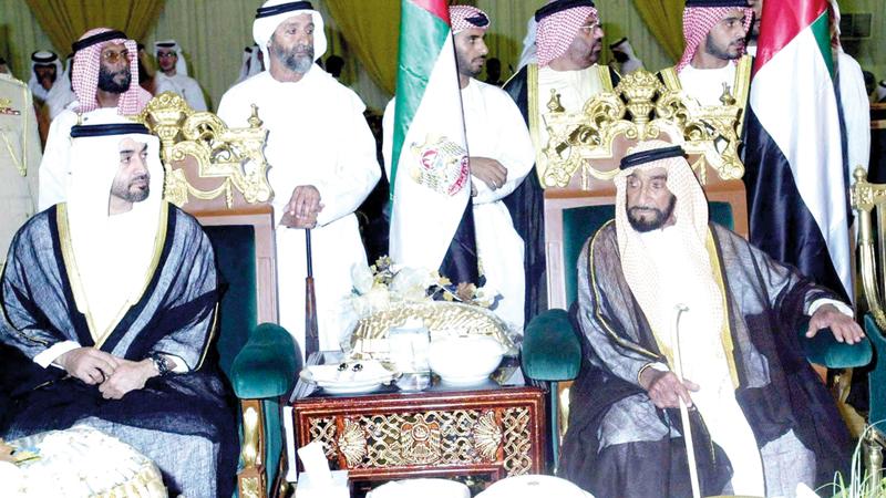 الشيخ زايد وإلى جانبه محمد بن زايد فيما يظهر سعيد العامري في الصورة «أقصى اليسار».  من المصدر
