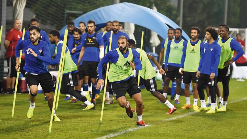جانب من تدريبات المنتخب بملعب ند الشبا في دبي. من المصدر