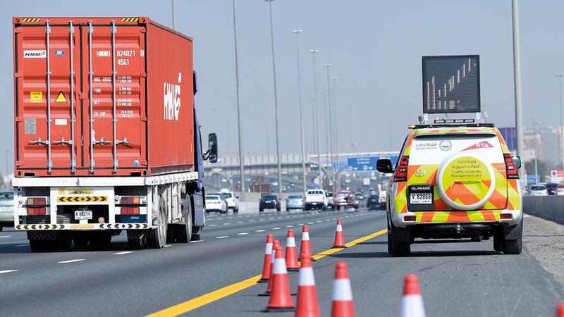 مركبات خدمة إدارة الحوادث تحتوي على أدوات الإضاءة والأقماع واللوحات المرورية. من المصدر