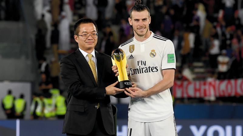 غاريث بيل يتسلم جائزة أفضل لاعب. تصوير: إريك أرازاس