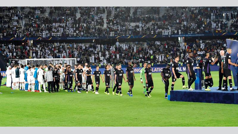 نجوم ريال مدريد أقاموا ممر شرف للاعبي العين. من المصدر