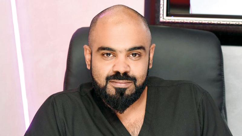 الدكتور أحمد العسلاوي:  «كثير من عيادات  التجميل تلجأ إلى  تقسيط المبلغ أو  تقسيمه على شيكات  آجلة من باب التسهيل  على المريض».