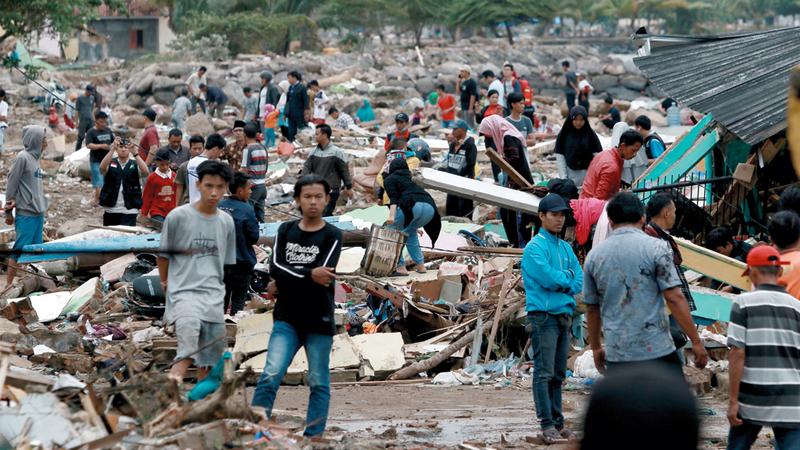 رجال الإنقاذ والسكان يبحثون عن ناجين وسط الركام الذي خلفه «تسونامي» جنوب سومطرة. أ.ف.ب
