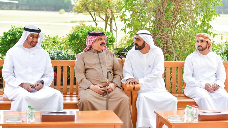 محمد بن راشد ومحمد بن زايد تبادلا وملك البحرين بحضور حمدان بن محمد الأحاديث الأخوية.   وام