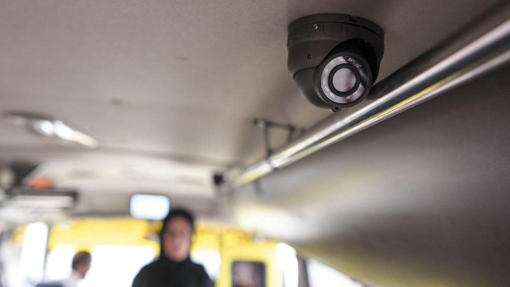 الكاميرات المثبتة داخل الحافلة ترصد ما يحدث داخلها وحولها.