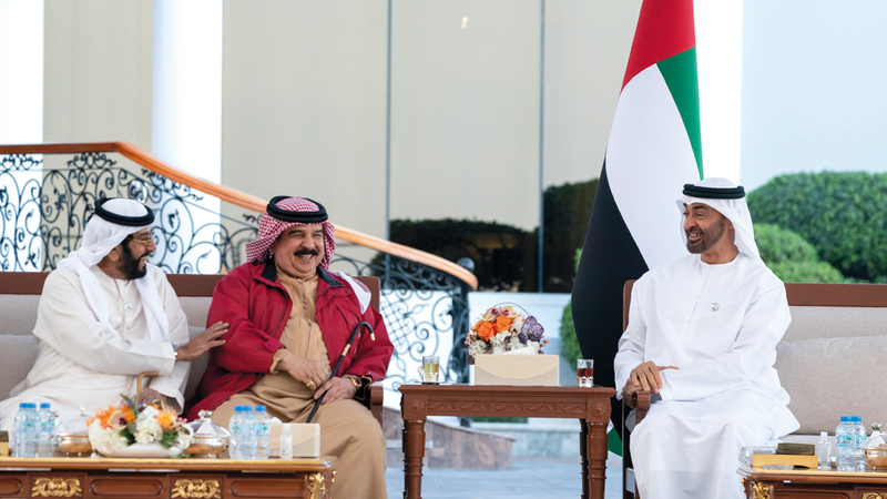 محمد بن زايد وحمد بن عيسى تبادلا الأحاديث الودية التي عبرت عن عمق العلاقات الأخوية.  وام