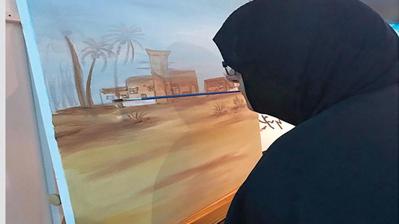عائشة تعتز بلوحة «البر والمزيون». الإمارات اليوم