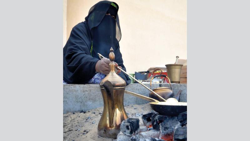 مهرة خلف تستقبل ضيوف المهرجان وسط أجواء تراثية ليتلذذوا بشرب القهوة. من المصدر