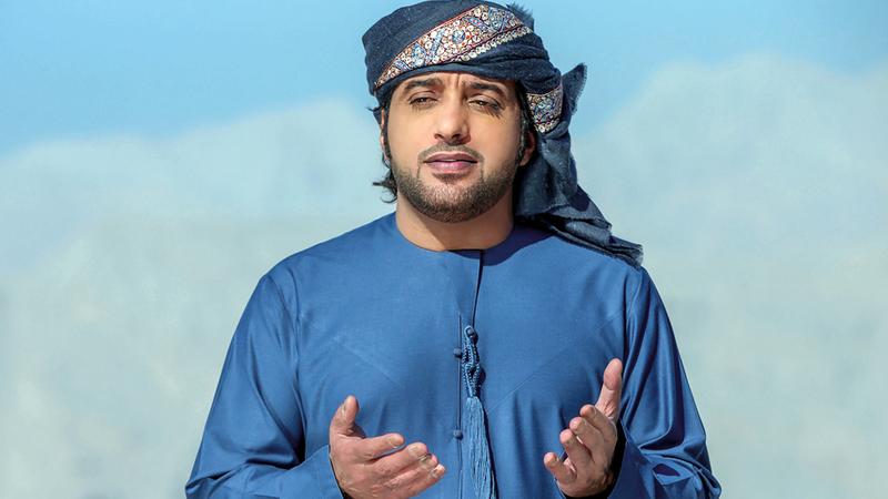 عيضة المنهالي سيغني في حفل ضمن فعاليات مهرجان الشيخ زايد التراثي. أرشيفية
