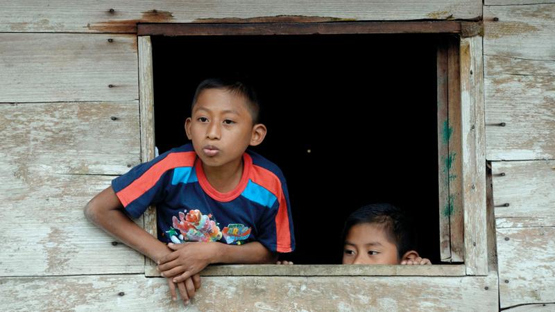 طفلان يراقبان المشهد بخوف واضح يبدو على وجهيهما.  أ.ف.ب