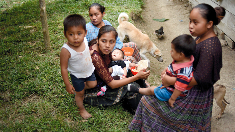 أهالي القرية التي تنحدر منها الطفلة في غواتيمالا  وقد خيّم الحزن على حياتهم.  أ.ف.ب