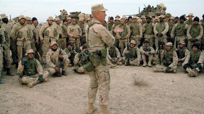 ماتيس مع جنوده خلال الاستعداد للسيطرة على مطار قندهار بأفغانستان.  رويترز