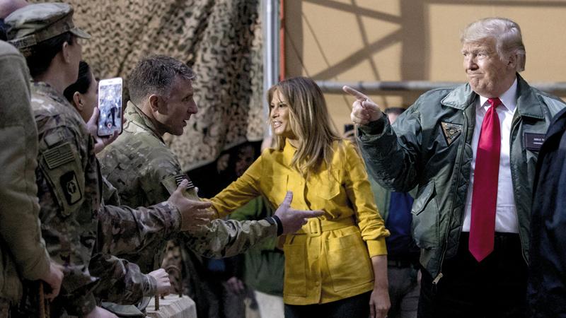 ترامب وميلانيا يحيّيان الجنود في قاعدة الأسد.  أ.ب