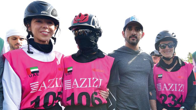 حمدان بن محمد يتوسط الفارسات بالمراكز الأولى في سباق القدرة. تصوير: باتريك كاستيلو