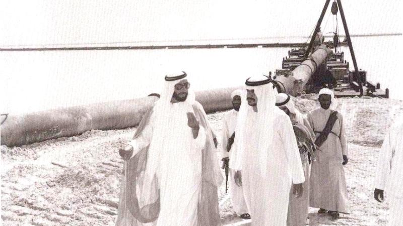 الشيخ زايد كان يشرف بنفسه على مراحل تنفيذ المشروعات.  أرشيفية