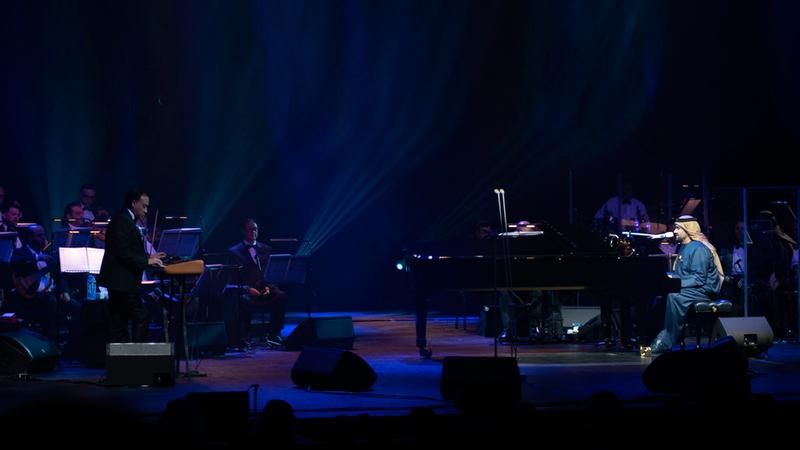 حسين الجسمي عزف للطفلة أغنية على آلة البيانو لكي تنام. الإمارات اليوم