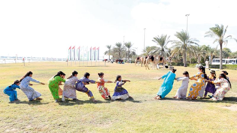 طالبات المراكز النسائية التابعة للنادي توافدن للمشاركة في أنشطة الملتقى.  من المصدر
