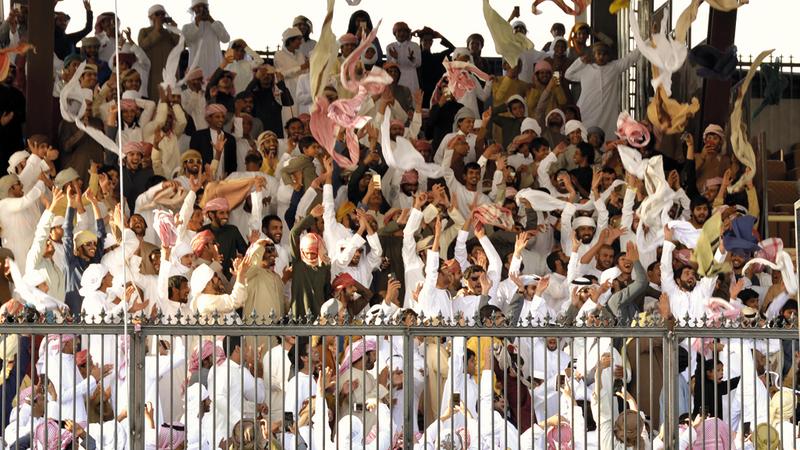 حشود كبيرة من عشاق الإبل والتراث في المنصة الرئيسة للمهرجان.  من المصدر