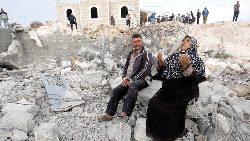 فلسطينية تجلس على أنقاض منزلها الذي هدمه الاحتلال في أكتوبر الماضي. أرشيفية