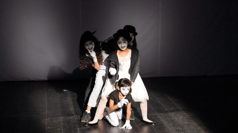 الأطفال قدموا تصوراتهم للونين في عمل مسرحي. تصوير: أحمد عرديتي