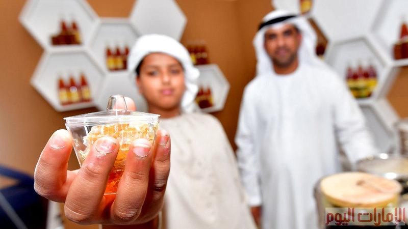 عرض أنواع متنوعة من العسل أبرزها العسل الإماراتي