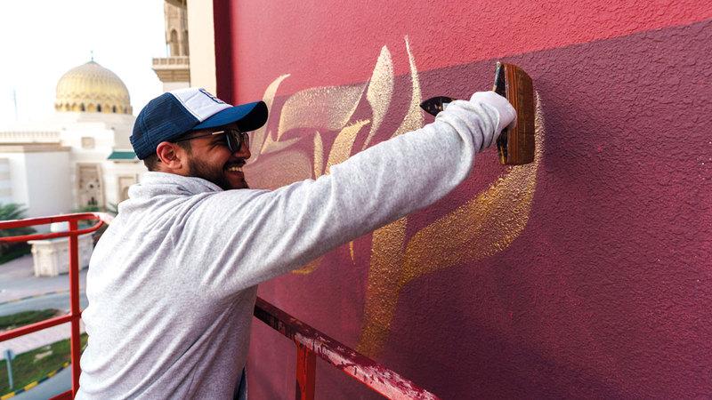 مصمّم الغرافيتي أنكمان خلال عمله على جداريته التي اعتبرها هديته لعشاق الفن الغرافيتي. من المصدر