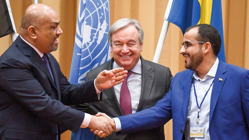 طرفا المفاوضات في السويد يتصافحان بعد اتفاق ميناء الحديدة يتوسطهما الأمين العام للأمم المتحدة أنطونيو غوتيريس.  أرشيفية