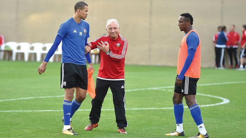 زاكيروني يوجّه أحمد خليل وإسماعيل أحمد خلال تدريبات المنتخب الوطني. من المصدر