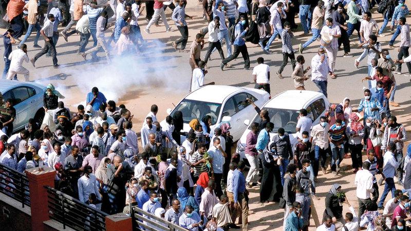 قوات الشرطة السودانية تحاول تفريق المتظاهرين الذين تصاعدت حدة احتجاجاتهم في الأيام الأخيرة.  رويترز