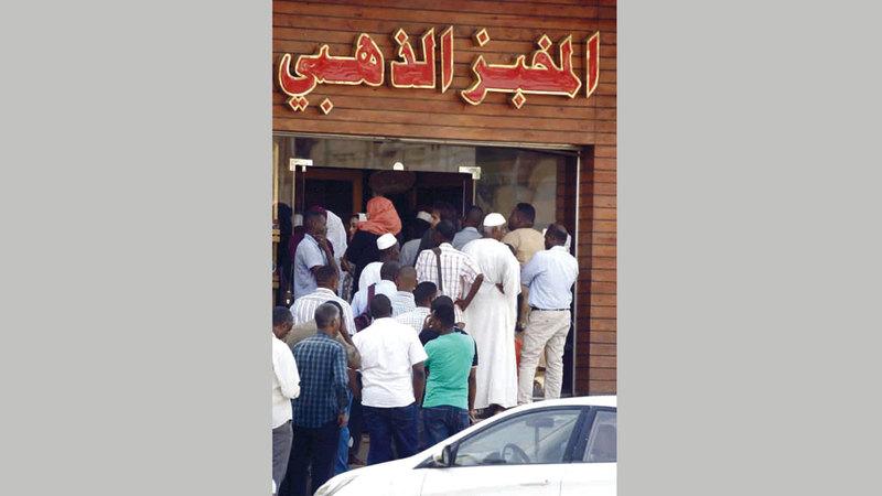 السودانيون يعانون من ارتفاع أسعار الخبز.
