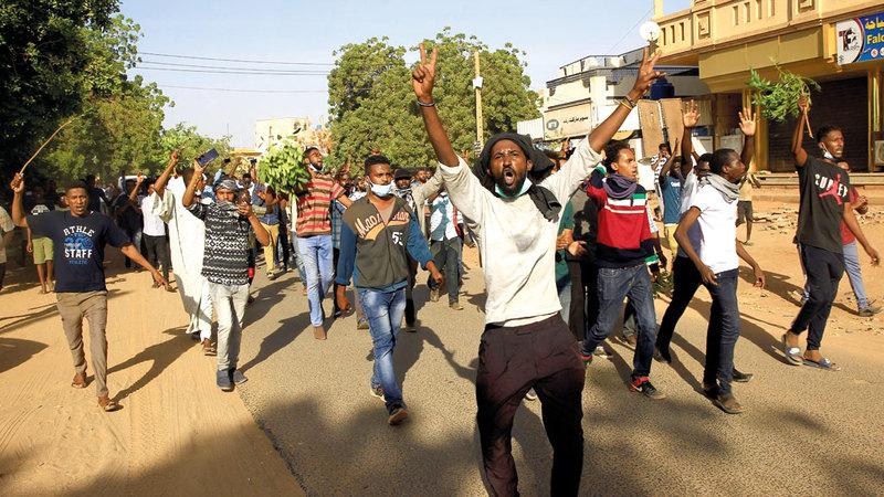 السودانيون زحفوا في الشوارع بعد أن عجزوا عن تحمل المزيد من التقشف. رويترز