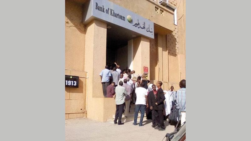 سودانيون في طوابير للحصول على رواتبهم. من المصدر