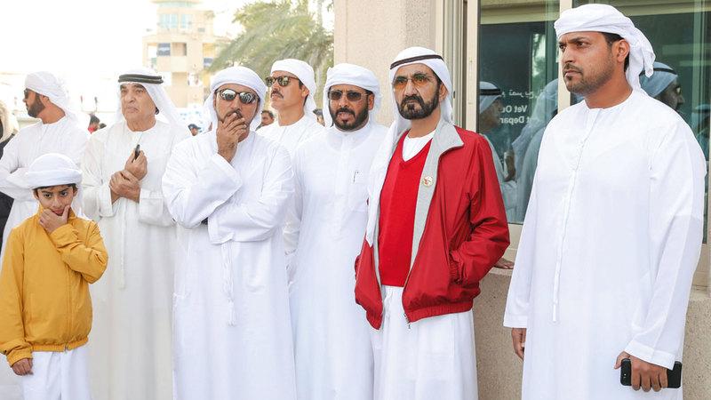 محمد بن راشد خلال متابعته لسباق كأس القدرة في سيح السلم.  وام