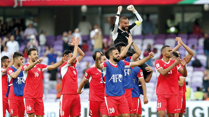 لاعبو المنتخب الأردني يرفعون عامر شفيع على الأكتاف بعد تألقه أمام أستراليا. تصوير: نجيب محمد