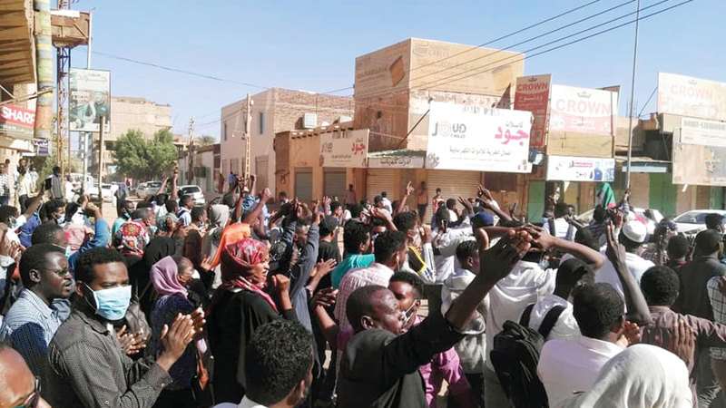 متظاهرون في الخرطوم يهتفون ضد الحكومة السودانية. أ.ف.ب