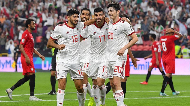لاعبو إيران يحتفلون بالحصول على النقاط الثلاثة. تصوير: إريك أرازاس