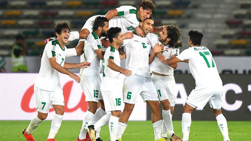 فرحة كبيرة للاعبي العراق بعد هدف الفوز من علي عدنان.  تصوير: إريك أرازاس