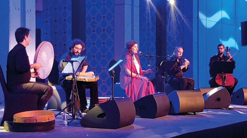 الحفل انقسم إلى فقرتين ضمت الأولى غناء وعزفاً منفرداً قدمته وعد التي انضمت إليها الفرقة بالفقرة الثانية. الإمارات اليوم