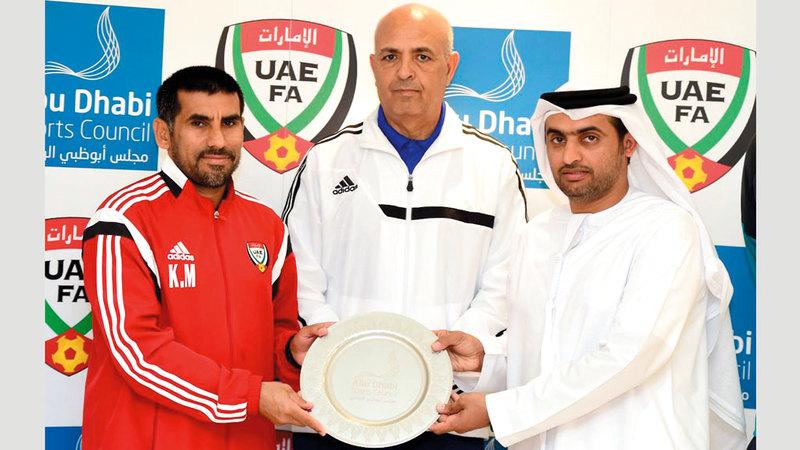 بلحسن مالوش (وسط) عمل سابقاً مديراً للإدارة الفنية باتحاد كرة القدم. من المصدر
