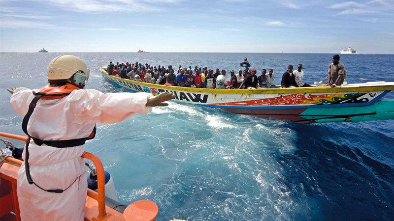 مهاجرون على متن قارب بدائي.  أرشيفية