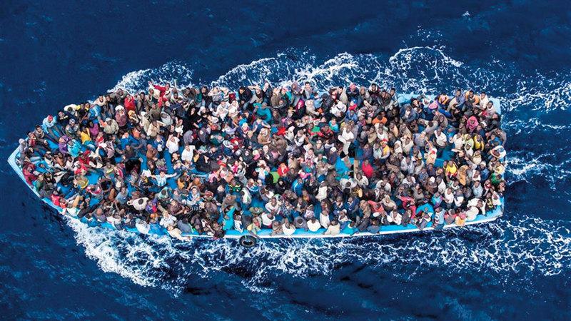 مهاجرون في عرض البحر بانتظار مغيث.  أرشيفية