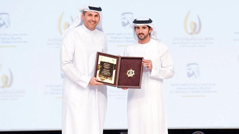 حمدان بن محمد يكرم خلدون خليفة المبارك بجائزة الشخصية الرياضية المحلية. وام