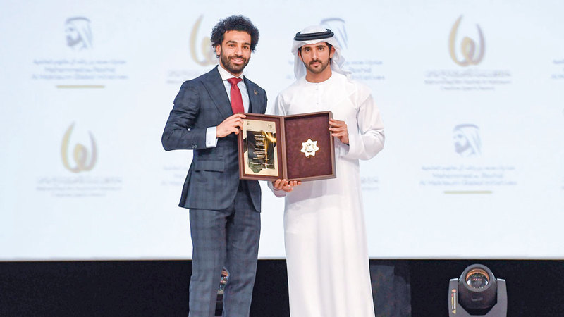 حمدان بن محمد يكرم محمد صلاح بجائزة الشخصية الرياضية العربية. وام
