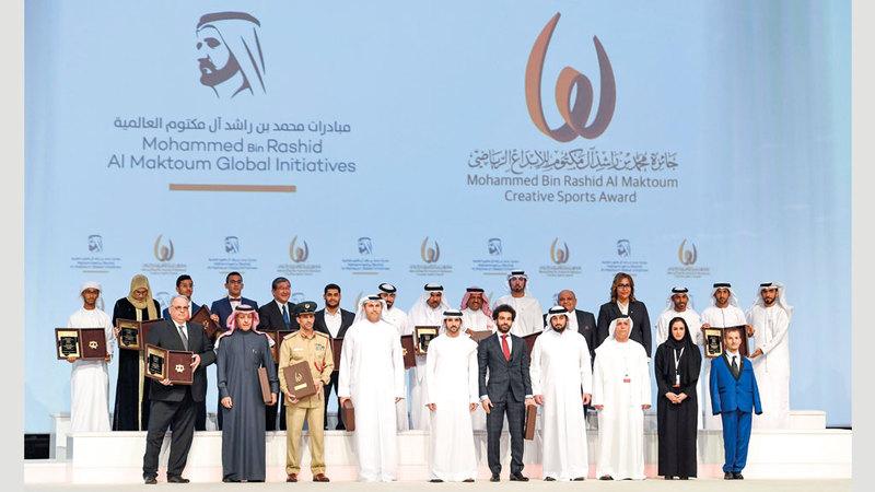 حمدان بن محمد يتوسط الفائزين بالدورة العاشرة من جائزة محمد بن راشد آل مكتوم للإبداع الرياضي. وام