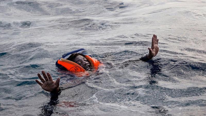 مهاجرون واجهوا الموت وسط الأمواج.  أرشيفية