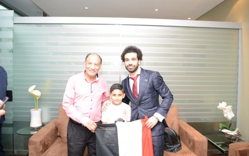 الصورة: بالفيديو: تعرّف إلى قصة الطفل الذي أخّر إقلاع طائرة محمد صلاح من دبي
