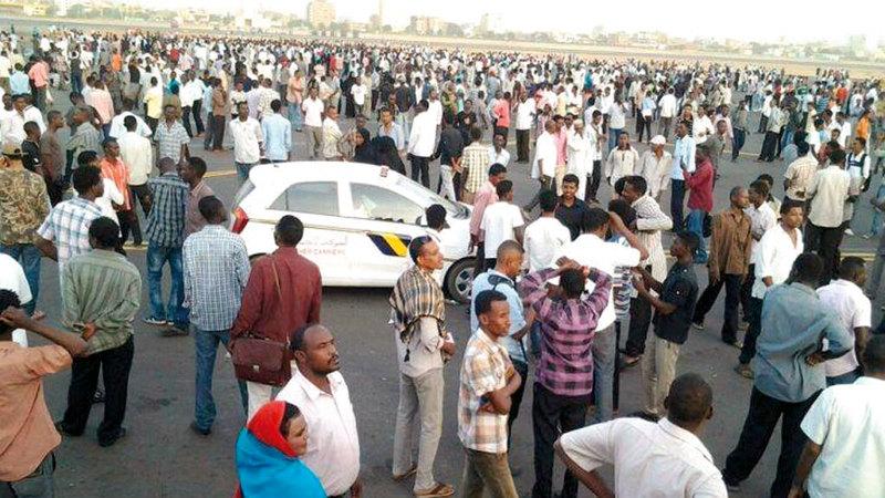 الجموع السودانية تقتحم مطار الخرطوم لحظة وصول الطائرة الرئاسية التي أقلّت جثمان محمود عبدالعزيز من الأردن إلى أرض الوطن حيث دفن.  من المصدر