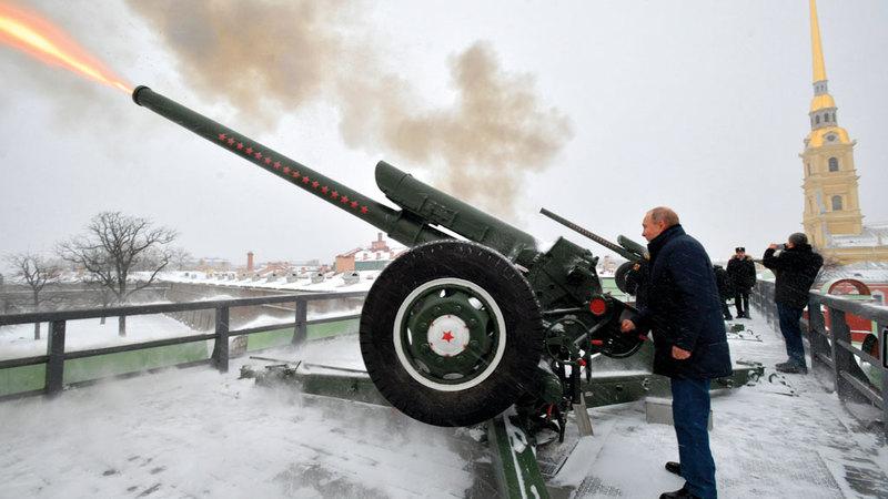 بوتين يطلق النار من المدفع. أ.ب