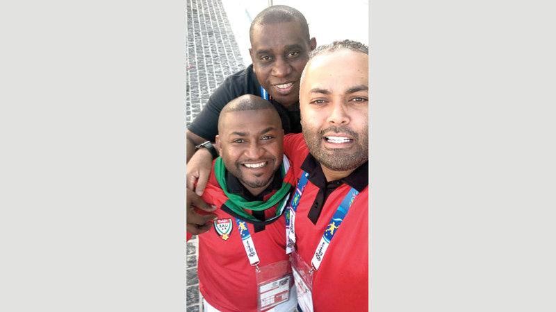 أعضاء رابطة المنتخب ظهروا أمس بقميص أحمر يحمل شعار «UAE FANS». الإمارات اليوم